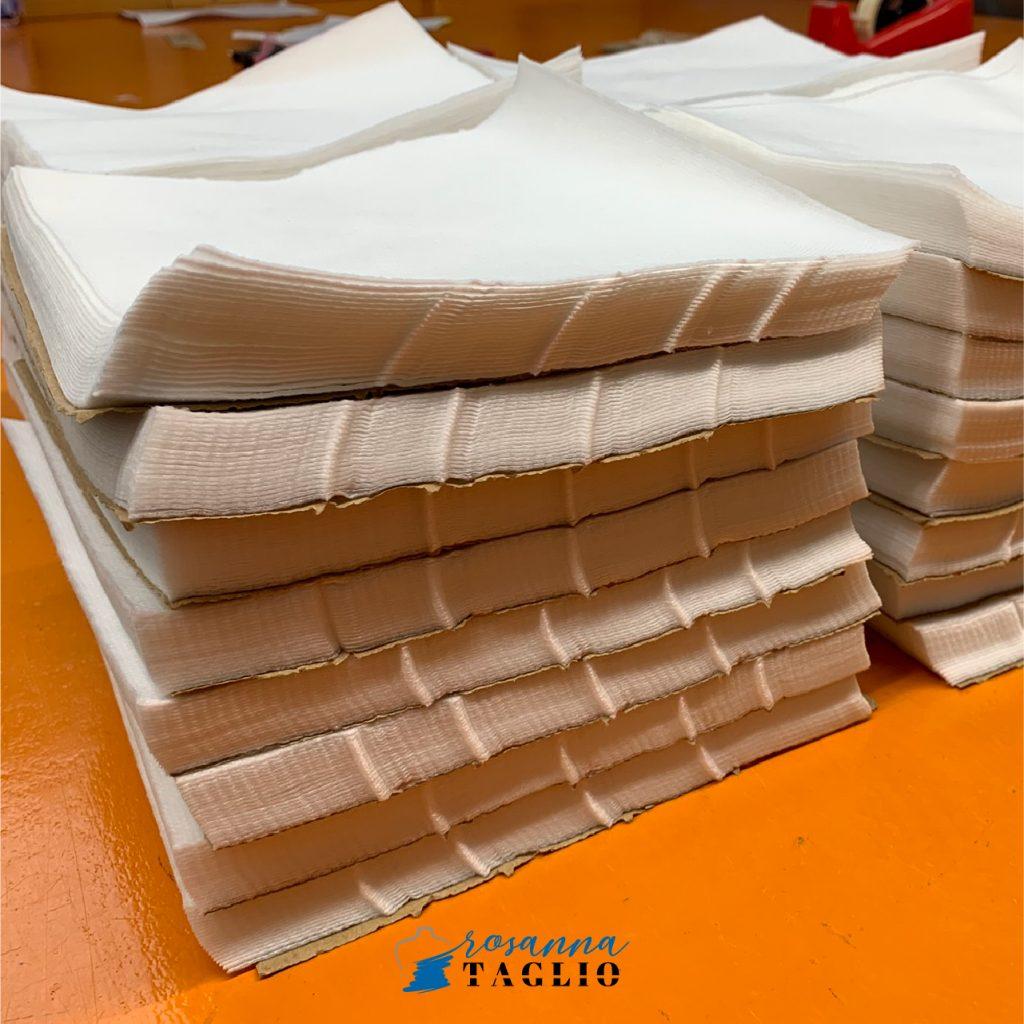 Mazzi di tessuto tagliato pronti per la lavorazione